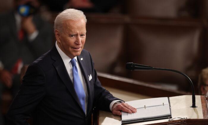 El presidente, Joe Biden, se dirige a una sesión conjunta del Congreso en la sala de la Cámara de Representantes del Capitolio de EE. UU. en Washington, el 28 de abril de 2021. (Jonathan Ernst-Pool/Getty Images)