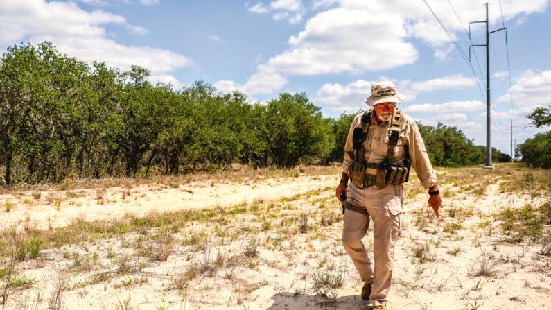 El ayudante de búsqueda y recuperación del sheriff, Don White, explica cómo busca los cadáveres de los inmigrantes ilegales, en el condado de Brooks, Texas, el 13 de mayo de 2021. (Charlotte Cuthbertson/The Epoch Times)