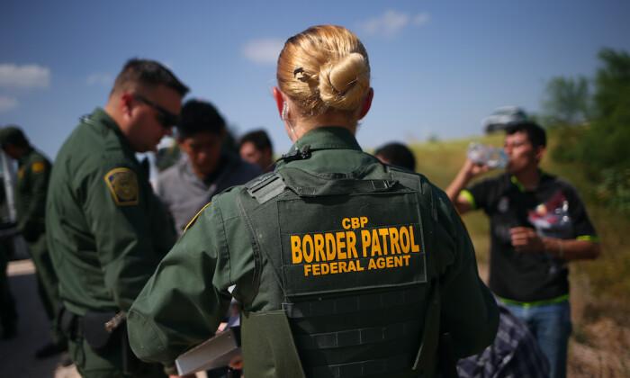 Agentes de la Patrulla Fronteriza de Estados Unidos detienen a inmigrantes ilegales tras cruzar la frontera de México a Estados Unidos en McAllen, Texas, el 7 de agosto de 2015. (John Moore/Getty Images)