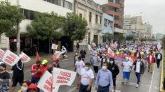 """Peruanos marchan en las calles para """"defender la democracia"""" y contra la """"amenaza comunista"""""""