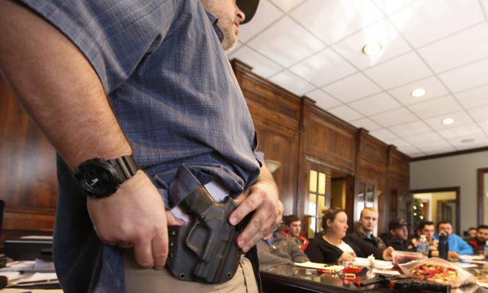 """Un instructor muestra una funda en una clase de permiso de portación oculta de armas organizada por """"USA Firearms Training"""" en Provo, Utah. el 19 de diciembre de 2015. (George Frey/Getty Images)"""