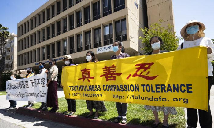Practicantes de Falun Gong sostienen pancartas durante una concentración que pide el cese de una campaña mediática difamatoria en Hong Kong, frente al consulado chino en Los Ángeles, el 3 de mayo de 2021. (Debora Cheng/The Epoch Times)