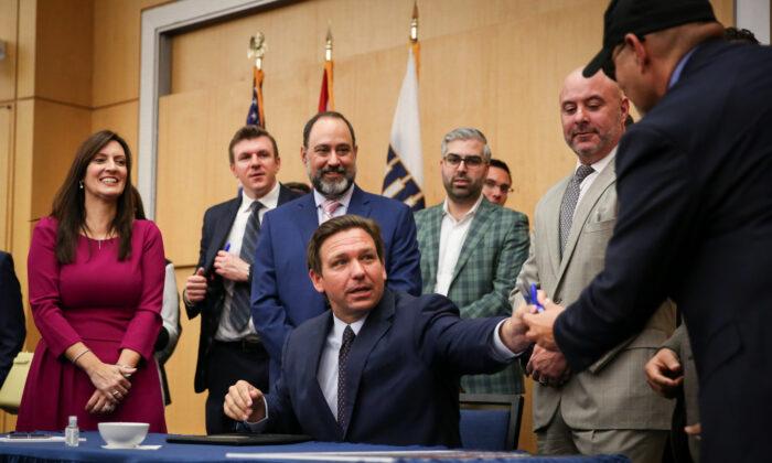El gobernador de Florida, Ron DeSantis, promulga el Proyecto de Ley del Senado 7072 en la Universidad Internacional de Florida en Miami, el 24 de mayo de 2021. (Samira Bouaou/The Epoch Times)
