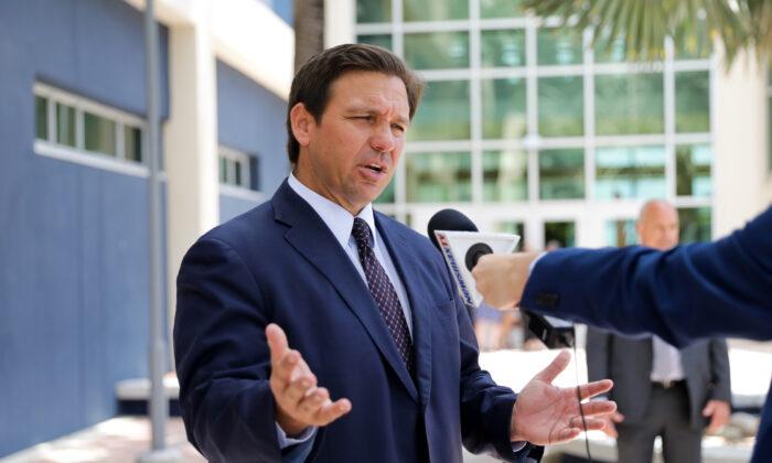 El gobernador de Florida, Ron DeSantis, se marcha tras sancionar el proyecto de ley del Senado 7072 en la Universidad Internacional de Florida, en Miami, el 24 de mayo de 2021. (Samira Bouaou/The Epoch Times)