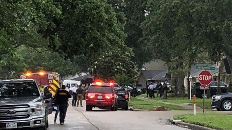 La policía de Houston responde a una casa con más de 90 personas dentro en lo que parece ser un supuesto caso de tráfico de personas en Houston, Texas, el 30 de abril de 2021. (Departamento de Policía de Houston)