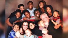 Pareja que adora ser padres adopta 13 niños y dice que aún hay espacio para más