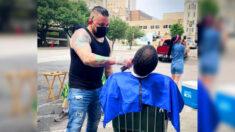 Hermanos barberos cortan pelo a personas sin hogar, gracias a la buena moral que les inculcó su mamá