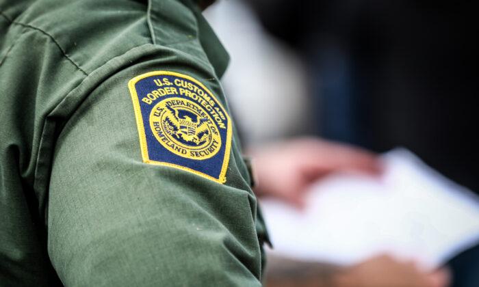 Encuentran a 33 inmigrantes ilegales dentro de un camión de carga en medio de un calor sofocante