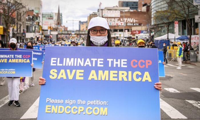 Practicantes de Falun Dafa participan en un desfile para conmemorar el 22º aniversario de la apelación pacífica del 25 de abril de 10.000 practicantes de Falun Dafa en Beijing, en Flushing, Nueva York, el 18 de abril de 2021. (Samira Bouaou/The Epoch Times)