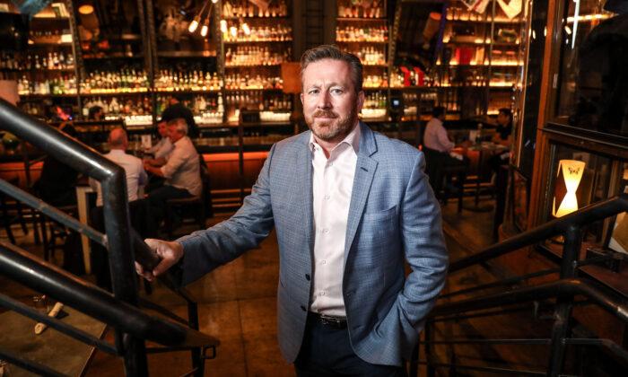 Mark Fox, propietario de The Ragtrader & Bo Peep Cocktail and Highball Store en la ciudad de Nueva York, el 29 de abril de 2021. (Samira Bouaou/The Epoch Times)