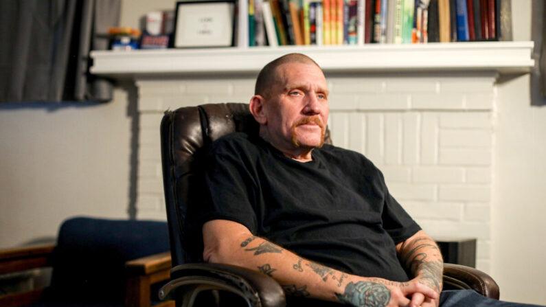 Chris Berry en la Fundación McShin, una organización comunitaria de recuperación sin ánimo de lucro, en Richmond, Virginia, el 12 de mayo de 2021. (Samira Bouaou/The Epoch Times)