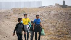 Administración Biden comienza a reunir a familias que se separaron en la frontera con México