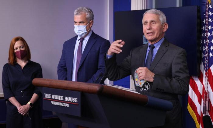 """Fauci dice que las personas completamente vacunadas """"no tienen que usar mascarilla afuera"""""""