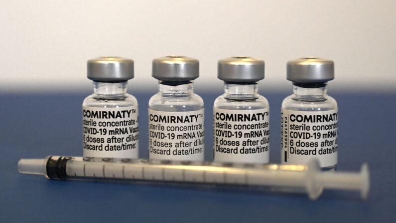 Viales usados de la vacuna de Pfizer-BioNTech contra la COVID-19 junto a una jeringa en una consulta médica en Suhl (Alemania) el 6 de mayo de 2021. (Christof Stache/AFP vía Getty Images)