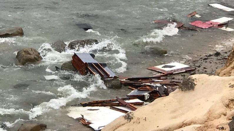 Fotografía cedida por el Departamento de Bomberos y Rescate de San Diego (SDFD) que muestra parte de los restos de un barco que volcó cerca de Point Loma, San Diego, California, EE.UU., el 2 de mayo de 2021. EFE/EPA