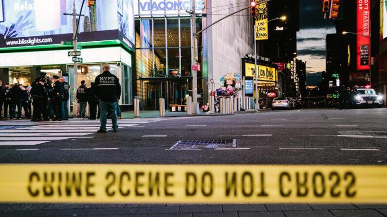 Imagen de archivo de la policía local de Nueva York desalojada parcialmente Times Square después de que un atacante hiriera en un tiroteo a dos mujeres y una niña, el pasado 8 de mayo. EFE/Alba Vigaray