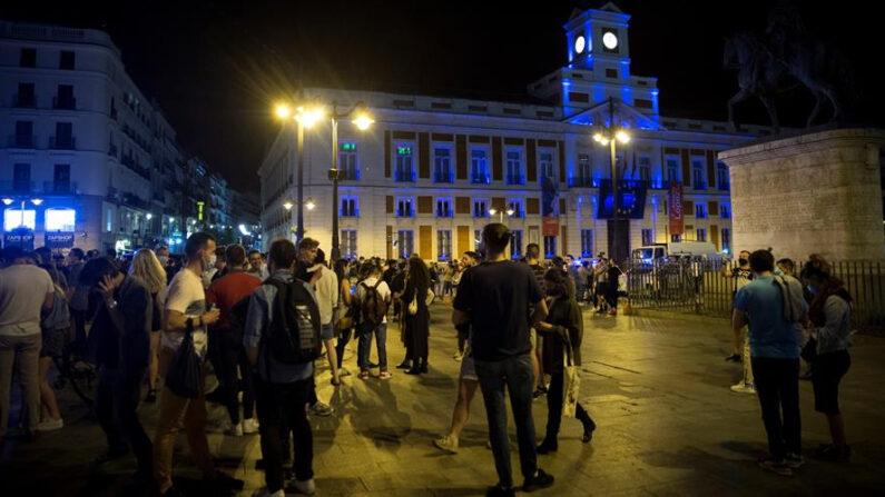 Ambiente en la Puerta del Sol de Madrid tras el fin del estado de alarma el 8 de mayo de 2021. EFE/Luca Piergiovanni