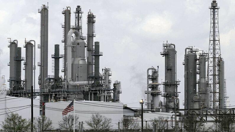 Las chimeneas se elevan desde la refinería Shell Deer Park el 12 de agosto de 2005 en Deer Park, Texas. La planta es la sexta mayor refinería de Estados Unidos, con una capacidad de producción de 340,000 barriles diarios de petróleo. Produce gasolina, diésel y combustible para aviones, además de otros subproductos del crudo. (Dave Einsel/Getty Images)