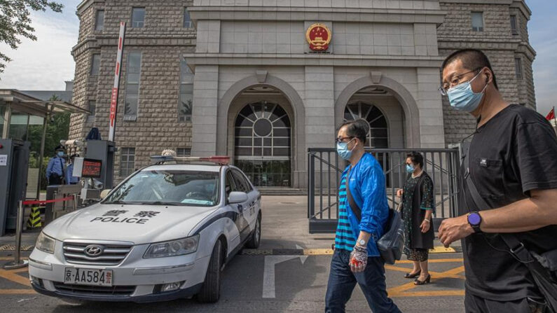 Un grupo de personas pasa por delante del Tribunal Popular Intermedio donde se espera que el escritor australiano Yang Hengjun sea juzgado, en Beijing, China, el 27 de mayo de 2021. EFE/EPA/ROMAN PILIPEY