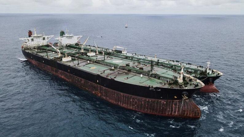 Una foto facilitada por la Agencia de Seguridad Marítima de Indonesia (BAKAMLA) muestra a los petroleros MT Frea (izquierda), de bandera panameña, y MT Horse (detrás), de bandera iraní, anclados juntos en aguas de Pontianak, frente a la isla de Borneo, Indonesia, el 24 de enero de 2021. EFE/EPA/AGENCIA INDONESIA DE SEGURIDAD MARÍTIMA