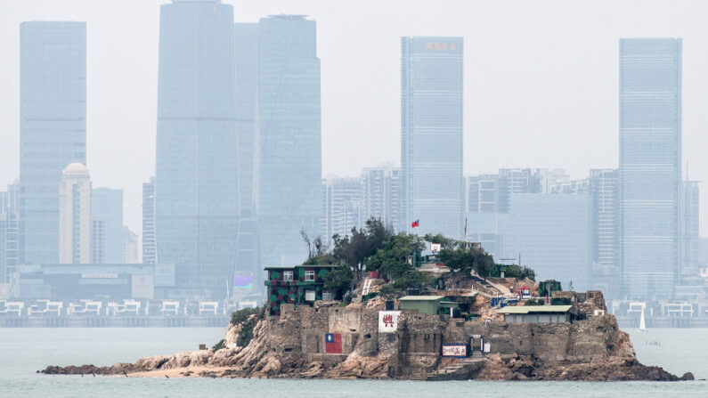 En la imagen se ve Shiyu, o Islote del León, parte del condado de Kinmen, una de las islas en alta mar de Taiwán, se ve frente a la ciudad china de Xiamen, el 20 de abril de 2018 en Kinmen, Taiwán. (Carl Court/Getty Images)