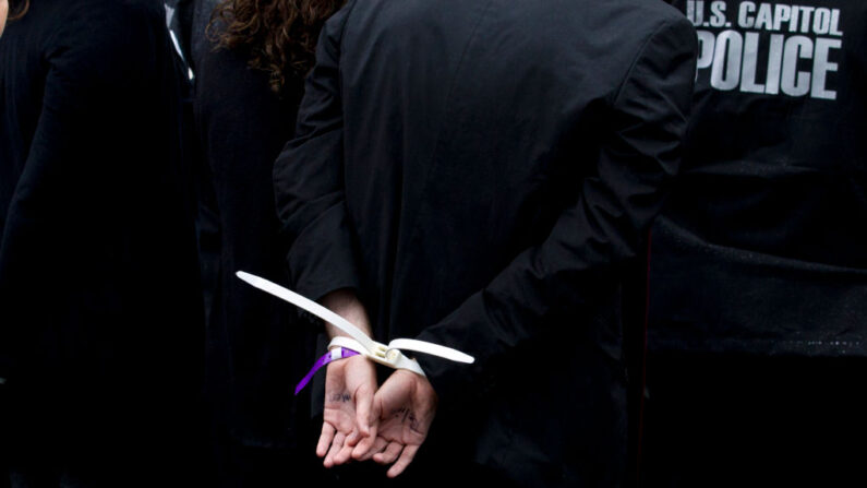 Una mujer de Hialeah, en el sur de Florida, fue arrestada y afronta cargos por abuso infantil tras presuntamente encerrar a su hija de ocho años en el refrigerador del apartamento, aunque según ella lo hizo para protegerla de la radiación. (Jose Luis Magana/AFP vía Getty Images)