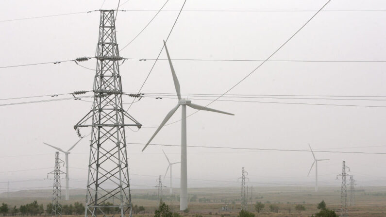 Molinos de viento que generan energía eólica en electricidad salpican el paisaje de la central eólica de Zhangbei Gutou, el 24 de mayo de 2006 en Zhangbei, a las afueras de Zhangjiakou, en el norte de la provincia de Hebei, en el norte de China. (Frederic J. Brown/AFP via Getty Images)
