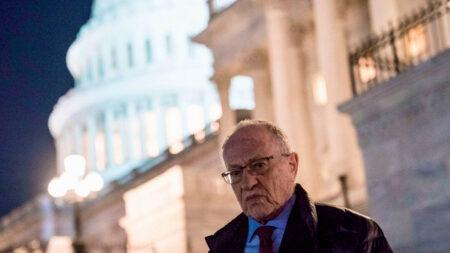 """Dershowitz: La redada del FBI contra Giuliani es """"inconstitucional"""""""