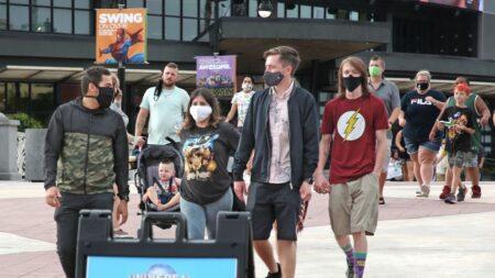 Parque Universal Orlando deja de exigir el uso de mascarillas a los vacunados contra covid-19