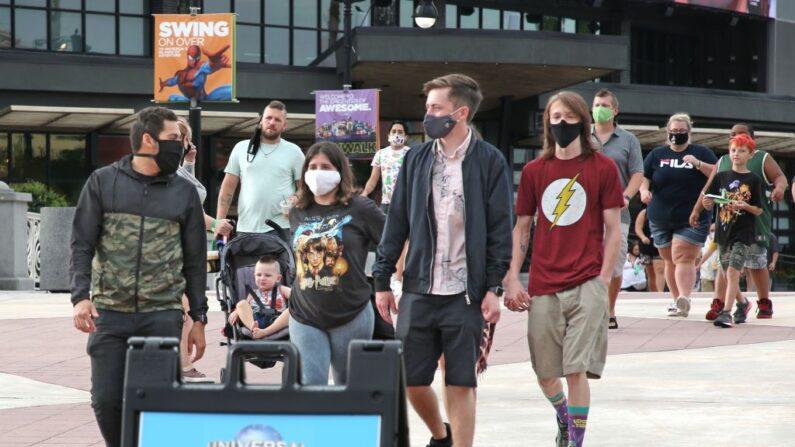 Los visitantes llegan al parque temático Universal Studios en el primer día de reapertura tras el cierre durante la pandemia de covid-19, el 5 de junio de 2020, en Orlando, Florida (EE.UU.). (Gregg Newton / AFP vía Getty Images)