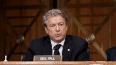 """Senador Rand Paul presentará proyecto de ley para vetar """"absurda"""" norma de mascarillas en aviones"""