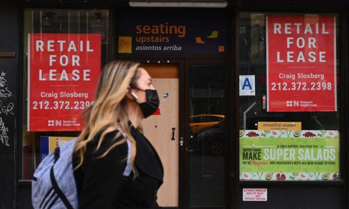 Una mujer pasa frente a una tienda minorista en alquiler, en el centro de Manhattan, en la ciudad de Nueva York, el 25 de enero de 2021. (Angela Weiss/AFP a través de Getty Images)