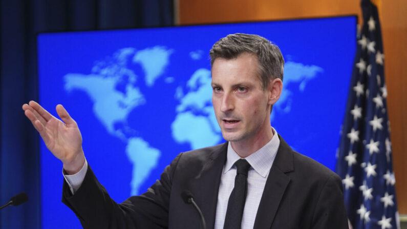 El portavoz del Departamento de Estado de EE.UU., Ned Price, celebra una conferencia de prensa en el Departamento de Estado en Washington el 17 de febrero de 2021. (Kevin Lamarque/Pool/AFP vía Getty Images)