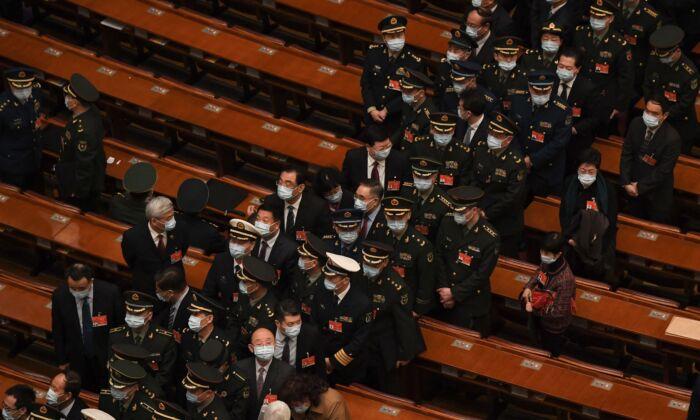 Delegados militares se marchan después de la conferencia de la legislatura de China en el Gran Salón del Pueblo en Beijing, China, el 8 de marzo de 2021. (Noel Celis/AFP vía Getty Images)