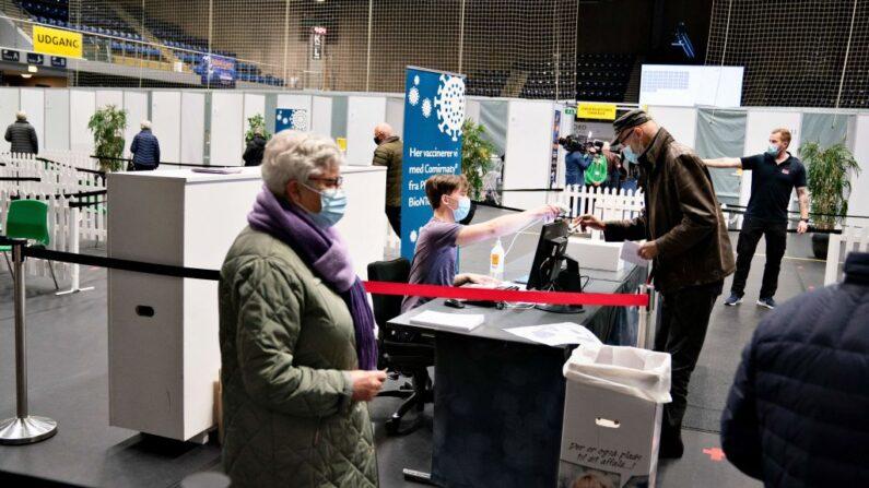 Las personas se registran para vacunarse contra el covid-19 en el centro de vacunación de Arena Nord en Frederikshavn, Jutlandia, Dinamarca, el 12 de abril de 2021, en medio de la nueva pandemia de COVID-19. (Henning Bagger/Ritzau Scanpix/AFP vía Getty Images)