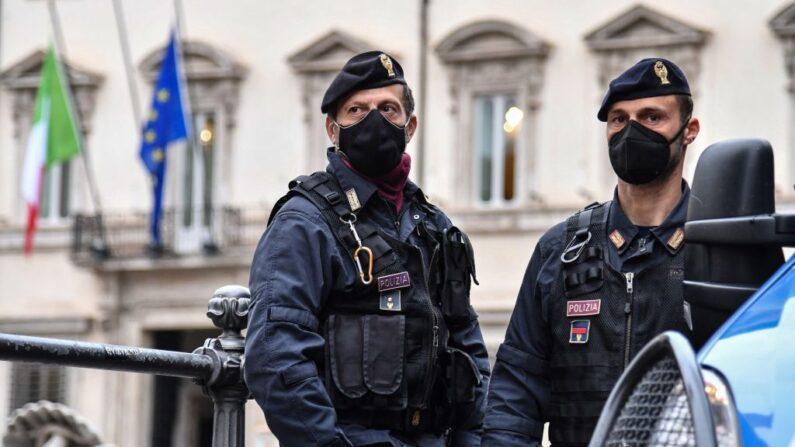 Dos hombres fueron detenidos el 1 de mayo de 2021 en la ciudad italiana de Brescia (norte) por prender fuego a un centro de vacunas contra el covid-19 y se les imputan delitos como terrorismo y tenencia de armas de guerra. (Alberto Pizzoli/AFP vía Getty Images)