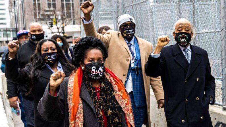 Miembros de la familia de George Floyd y el reverendo Al Sharpton llegan al juzgado de Minneapolis, Minnesota, el 19 de abril de 2021, fecha en que el jurado escucha los argumentos finales del juicio del exagente de policía acusado de asesinar a George Floyd  (Kerem Yucel / AFPvía Getty Images)