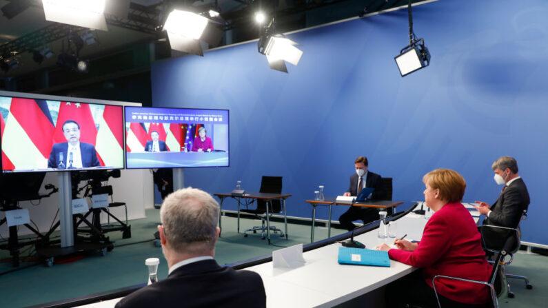 La canciller alemana, Angela Merkel, asiste a conversaciones virtuales con el primer ministro chino Li Keqiang (en la pantalla) el 28 de abril de 2021, en Berlín, Alemania. (Michele Tantussi-Pool/Getty Images)