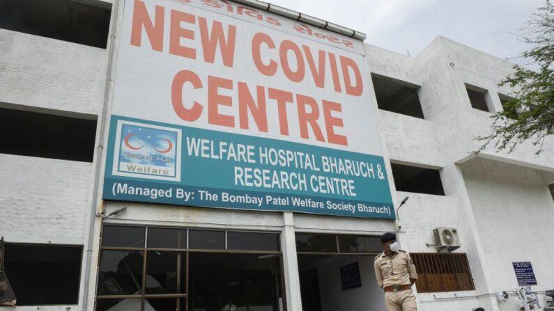 Personal de la Policía de Gujarat monta guardia frente al Hospital Patel Welfare Covid después de que se produjera un incendio durante la noche en el que murieron 16 pacientes del covid-19, incluido un trabajador sanitario, en Bharuch, India, el 1 de mayo de 2021. (Sam Panthaky/AFP vía Getty Images)