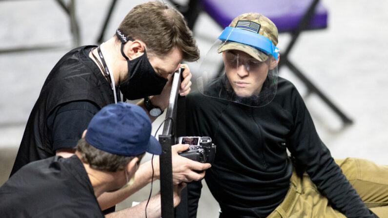 Unos empleados de la empresa Cyber Ninjas, que fue contratada por el Senado del Estado de Arizona, examinan y vuelven a contar las boletas de las elecciones generales de 2020 en el Veterans Memorial Coliseum el 1 de mayo de 2021 en Phoenix, Arizona. (Courtney Pedroza/Getty Images)