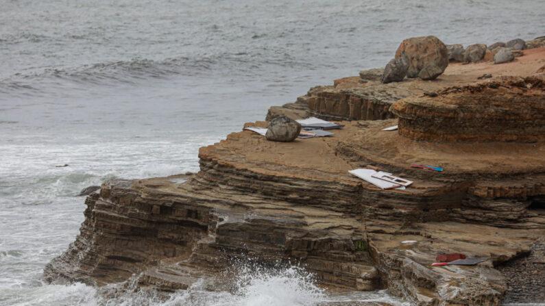Los escombros se encuentran en la costa del Monumento a Cabrillo el 2 de mayo de 2021 en San Diego, California. Cuatro personas murieron y 23 se encuentran heridas tras el vuelco de una embarcación el domingo por la tarde frente a la zona de Point Loma en San Diego. (Sandy Huffaker/Getty Images)