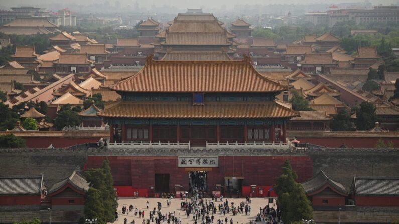 Personas visitan la Ciudad Prohibida en Beijing durante las vacaciones del Día del Trabajo, que tienen lugar del 1 al 5 de mayo, el 3 de mayo de 2021. (Noel Celis/AFP vía Getty Images)