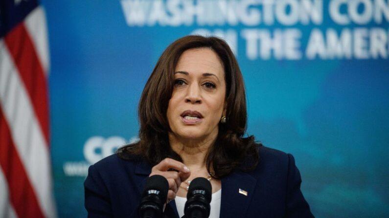 La vicepresidenta de los Estados Unidos, Kamala Harris, pronuncia un discurso virtual en la 51ª Conferencia Anual de Washington sobre las Américas en la Casa Blanca, en Washington, DC, el 4 de mayo de 2021. (Nicholas Kamm / AFP vía Getty Images)