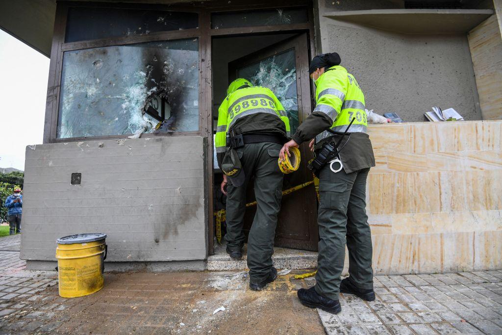 Incendian estación policial con agentes dentro en Colombia