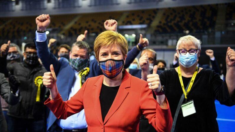 La primera ministra de Escocia y líder del Partido Nacional Escocés (SNP), Nicola Sturgeon, reacciona tras ser declarada ganadora del escaño de Glasgow Southside en el centro de recuento de Glasgow en el Emirates Arena de Glasgow el 7 de mayo de 2021, durante el recuento de las elecciones al Parlamento escocés. (Andy Buchanan / AFP vía Getty Images)