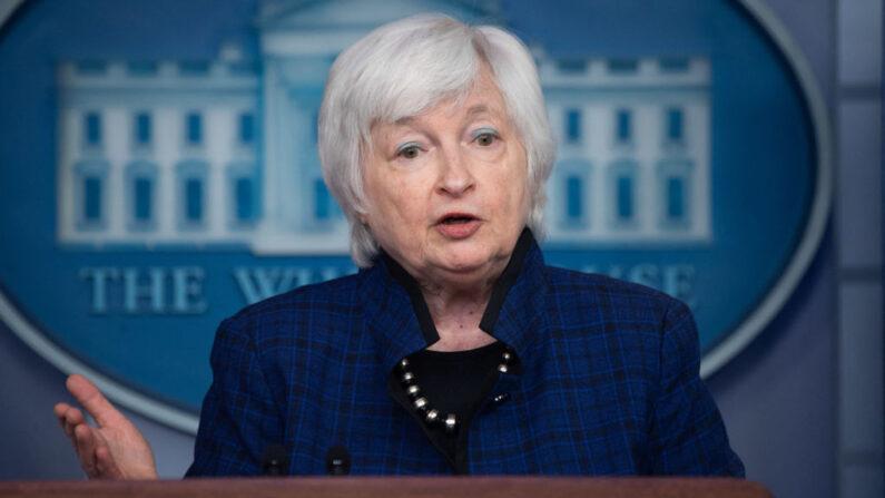 La secretaria del Tesoro de Estados Unidos, Janet Yellen, habla durante la conferencia de prensa diaria el 7 de mayo de 2021, en la Sala Brady Briefing de la Casa Blanca en Washington, DC. (Saul Loeb/AFP/Getty Images)