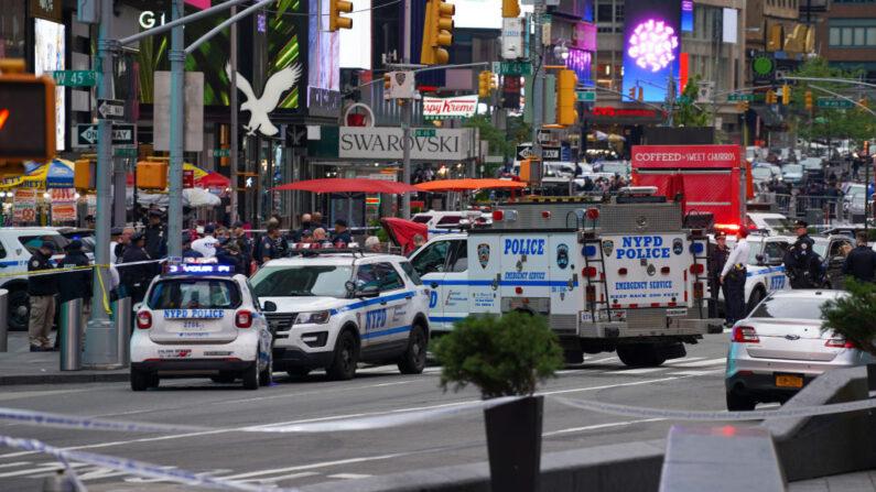 Agentes de policía son vistos en Times Square el 8 de mayo de 2021 en la ciudad de Nueva York. Según los informes, tres personas, entre ellas una niña pequeña, resultaron heridas en un tiroteo cerca de West 44th St. y 7th Ave. (David Dee Delgado/Getty Images)