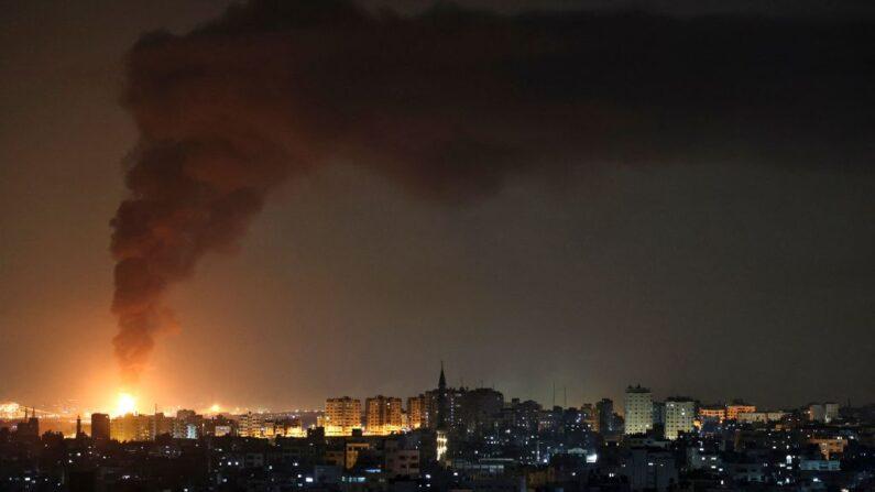 Una enorme columna de humo que se ve desde la ciudad de Gaza sale de una instalación petrolera en la ciudad de Ascalón, en el sur de Israel, el 11 de mayo de 2021, tras el lanzamiento de cohetes por parte del grupo terrorista palestino Hamás desde la Franja de Gaza hacia Israel. (Foto de MOHAMMED ABED/AFP vía Getty Images)