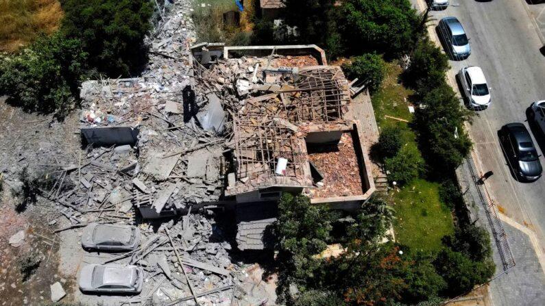 Una casa muy dañada se muestra en una zona residencial de la ciudad de Yehud, en el centro de Israel, el 12 de mayo de 2021. (JACK GUEZ/AFP a través de Getty Images)