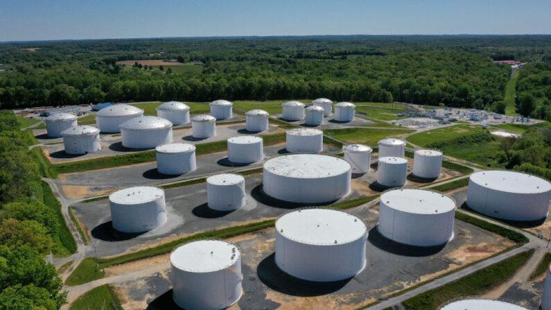 En una vista aérea, los tanques de almacenamiento de combustible se ven en la estación de Dorsey Junction de Colonial Pipeline el 13 de mayo de 2021 en Washington, DC. (Drew Angerer/Getty Images)